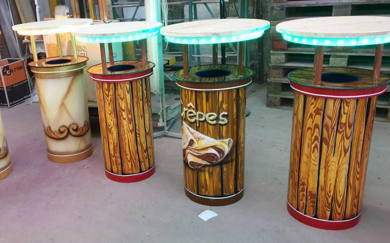 Abfallbehälter mit Tisch und Beleuchtung